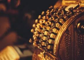 Cena złota korzysta na rynkowej niepewności. Wzrost zapasów ropy w USA, możliwe większe cięcia produkcji w OPEC.