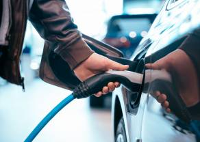 Samochody elektryczne. Czy pojazdy elektryczne już niedługo mogą kosztować tyle samo co auta z silnikami spalinowymi?