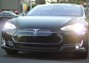 Czy Tesla podnosi się z kolan?