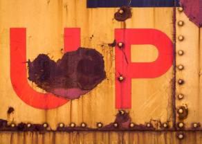 Kurs dolara rośnie względem euro. Cena ropy znów w górę. Poprawa w USA