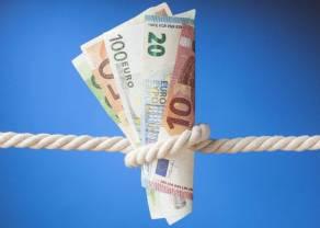 Kurs euro do złotego poniżej 4,50 PLN. Ceny ropy zniżkują