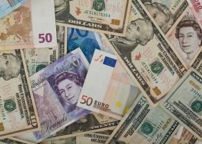 Kursy euro i dolara lekko zyskują względem polskiego złotego. Kursy walut (EUR, USD, CHF, GBP) przed weekendem
