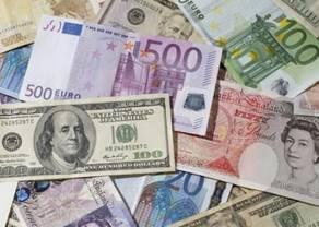 Kursy walut. Polski złoty traci do euro, dolara, funta i franka