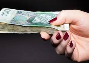 Polacy wypłacają pieniądze z banków. Wzrasta ilość gotówki w obiegu