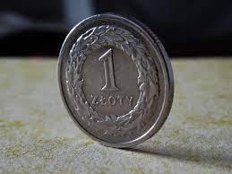 Polski złoty (PLN) umacnia się przed weekendem. Kursy euro, dolara, franka i funta w dół
