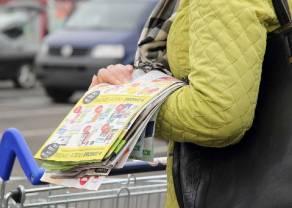 Sklepy zaczęły mocno oszczędzać. W czasie pandemii do Polaków trafia mniej gazetek z promocjami
