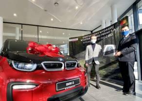 Wielka loteria Banku Pekao S.A. rozstrzygnięta. 25-latek z Kielc zwycięzcą samochodu BMW i3