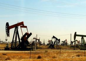 Zapasy nie schodzą, cena ropy spada