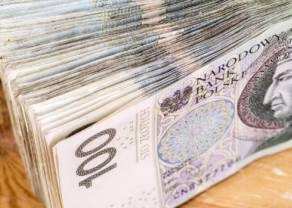 Złoty stracił ponad grosz względem kursu dolara USD. Polska waluta stabilna względem euro. Przemysł w naszym kraju rośnie