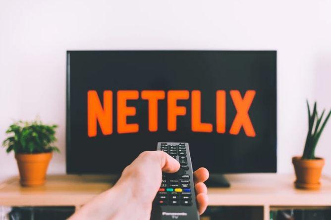 Akcje Netflixa, początek trendu spadkowego. Punkt oporu na 384 dolarów USD