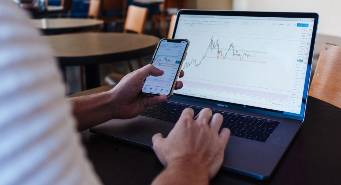 Aktualna sytuacja techniczna na rynku walutowym, indeksach oraz metalach – komentuje analityk TeleTrade Bartłomiej Chomka