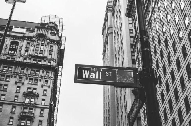 Amerykańskie indeksy znacząco cofnęły się podczas sesji. Wall Street bez wsparcia. Oczekiwanie na decyzję Fedu