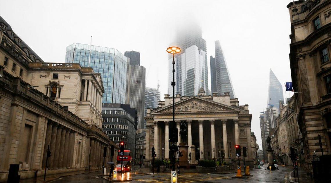 Bank Anglii niespodziewanie obniża stopy do historycznie niskiego poziomu. Kurs funta szaleje