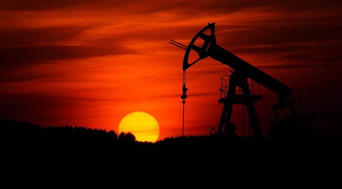 Cena ropy Brent tworzy formację klina. Ile dolarów USD trzeba zapłacić za baryłkę?