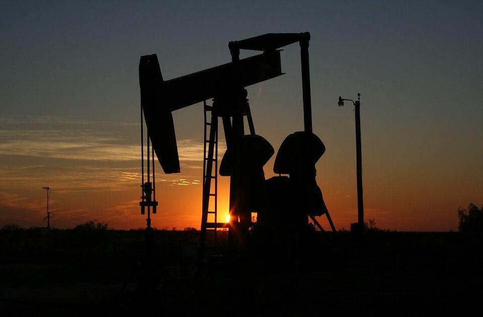 Cena ropy rośnie, zapasy surowca się kurczą