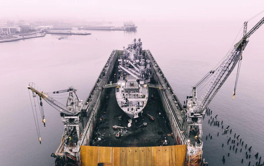 Ceny ropy spadają w poniedziałek. Znaczny wzrost liczby funkcjonujących wiertni ropy w USA