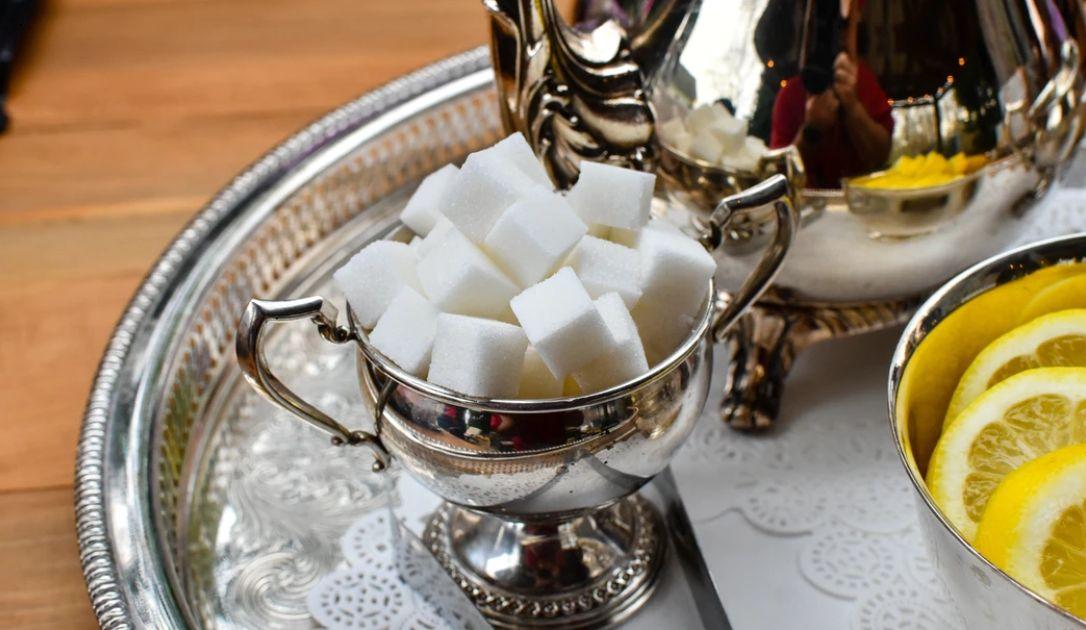 Cięcia produkcji ropy przez OPEC+ wsparciem dla cen surowca. Coraz więcej optymizmu na rynku cukru