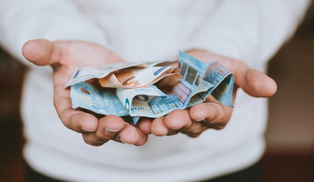 Cofnięcie na kursie euro EUR/PLN. Dolar do jena (USD/JPY) utrzymuje szczyty. Dzień na rynkach finansowych