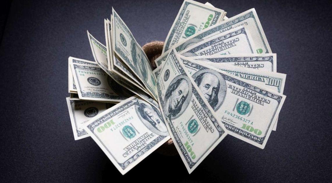 Dolar amerykański (USD) zyskuje. Cena ropy najniżej od początku października