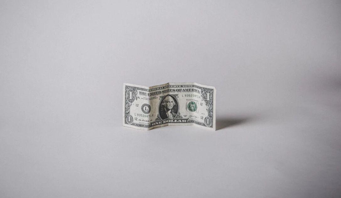 Dolar po 3,92 złotego. Kurs euro nad 4,42 PLN. Frank zbliża się do 4,10 zł. Zmiany kursów walut na rynku Forex