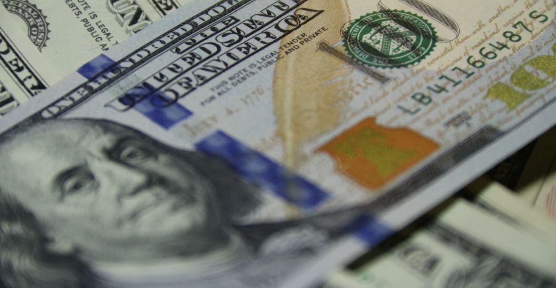 Dolar pogrążony. Kurs euro EUR/PLN pod 4,41 złotego. Koronawirus kontratakuje