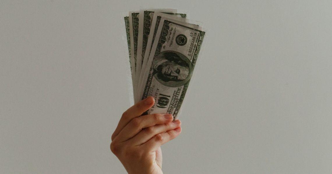 Dolar (USD) nadal pod presją. Funt (GBP) nad 3,86 PLN. Euro (EUR) blisko 4,40 zł. Frank (CHF) przy 4,08 złotego