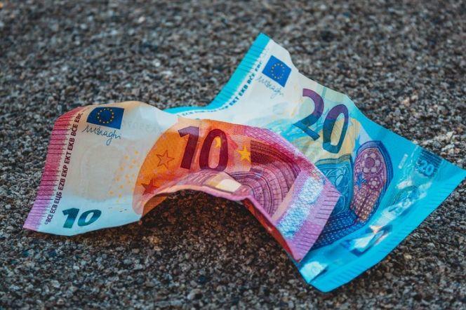 Euro jedną z najsłabszych walut. Zamieszanie na kursie dolara do juana (USDCNH)