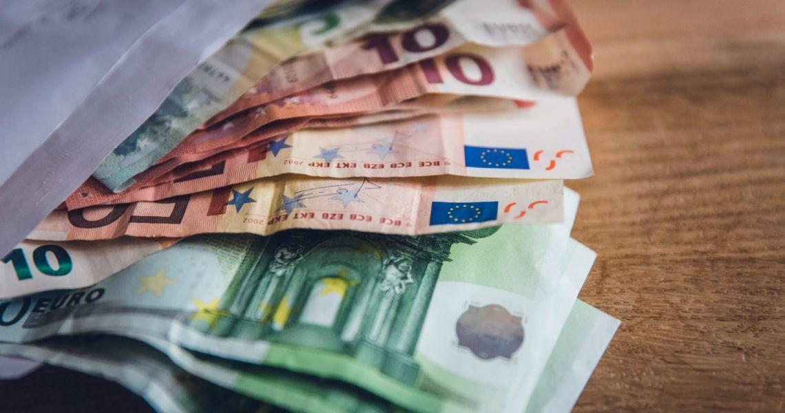 Euro po 4,40 PLN. Funt przy 4,94 zł. Dolar powyżej 3,70 złotego. Komentarz walutowy – Europa ma problem