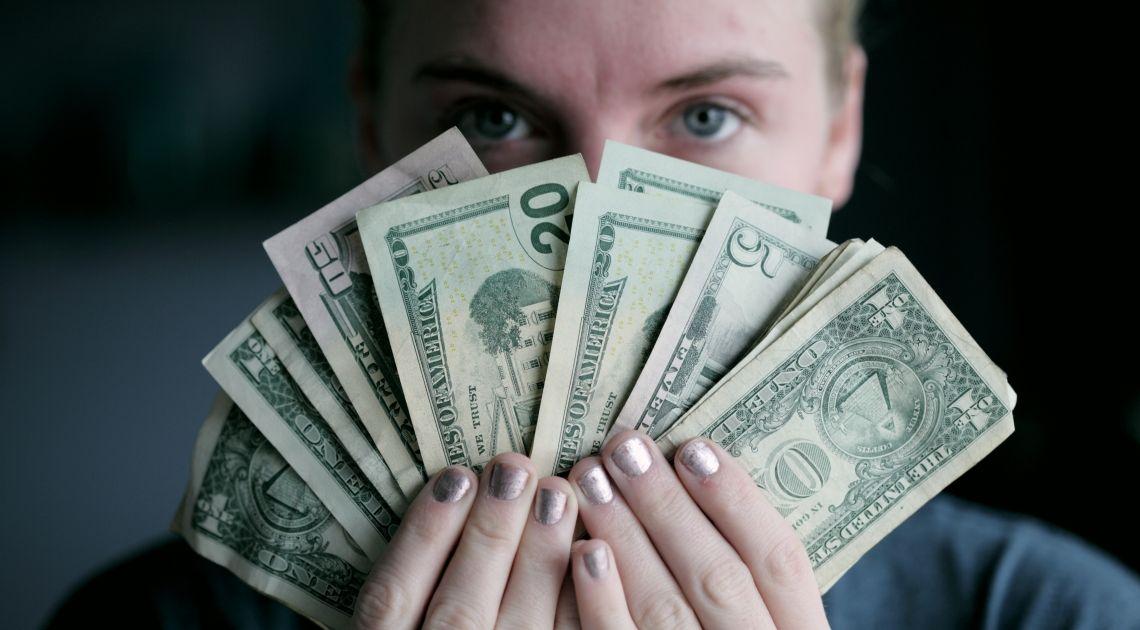 Euro po 4,47 złotego, kurs dolara 3,972 zł. A ile zapłacisz w środę za funta i franka?