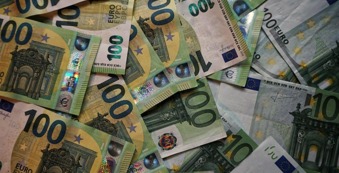 Euro słabnie względem dolara. Niższe otwarcie w Europie w reakcji na powrót obostrzeń