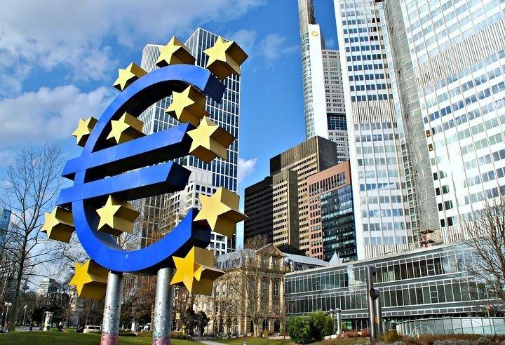 Euro w centrum uwagi. Frank zyskuje do dolara. Funt leci w dół