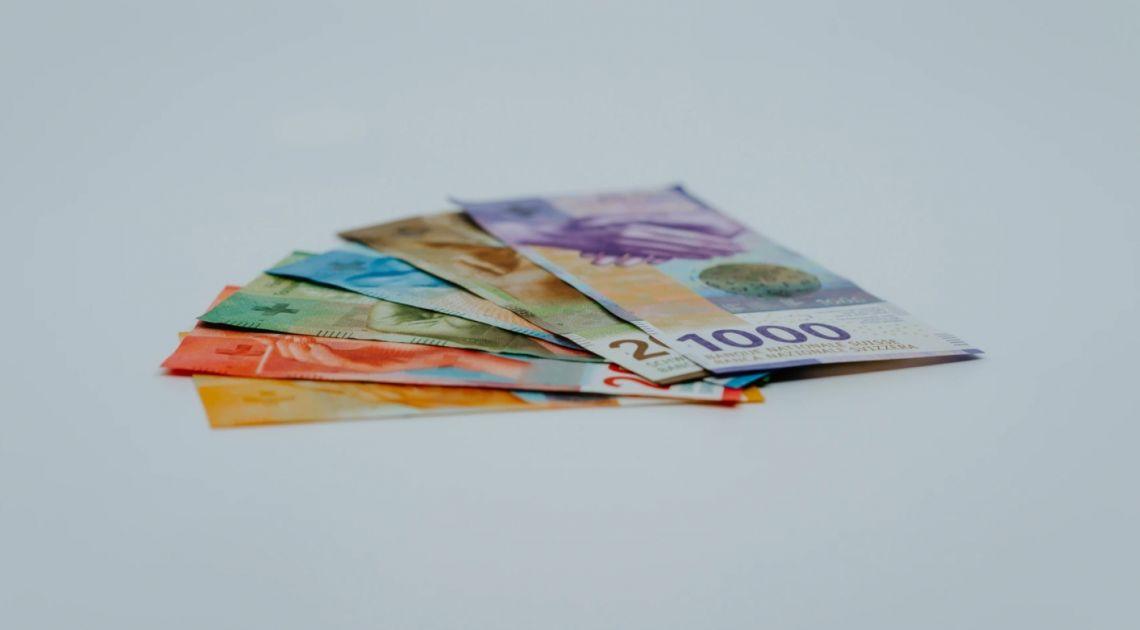 Frank nad 4,26 zł. Euro powyżej 4,57 PLN. Co z funtem i dolarem? Krajowe dane bez wpływu na złotego