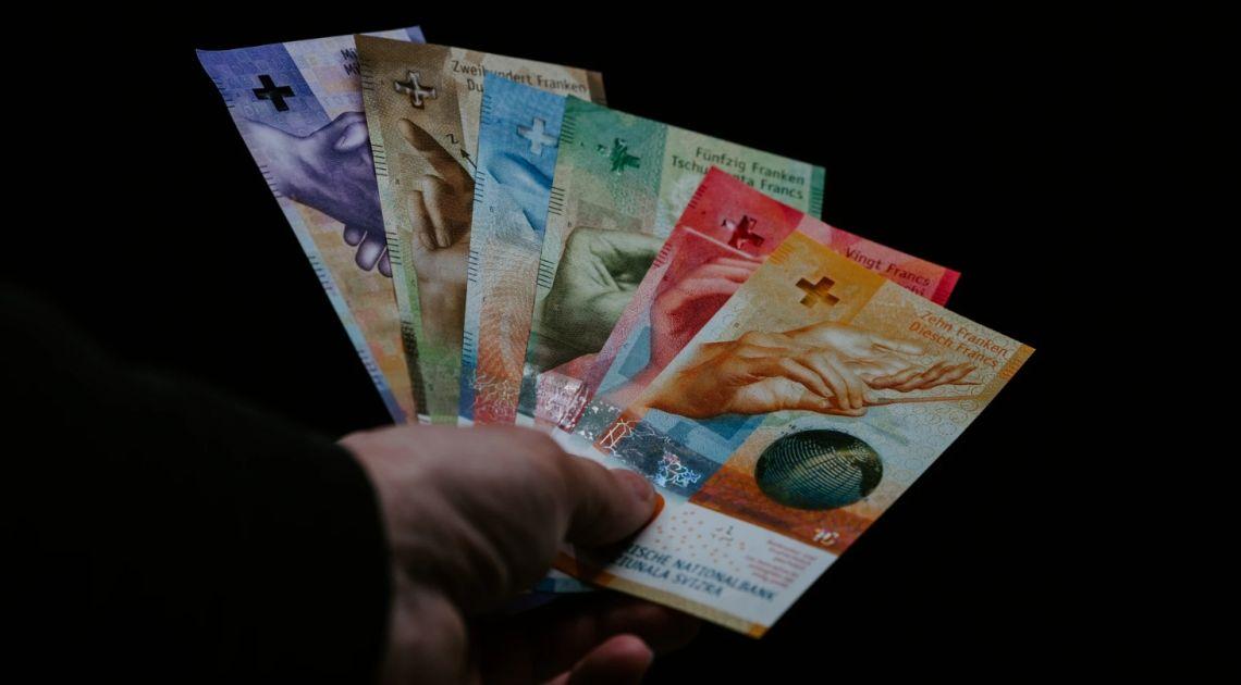 Frank po 4,10 PLN. Kurs dolara poniżej 3,77 zł. Euro nieznacznie powyżej 4,40 złotego. Mocny odwrót od amerykańskiej waluty
