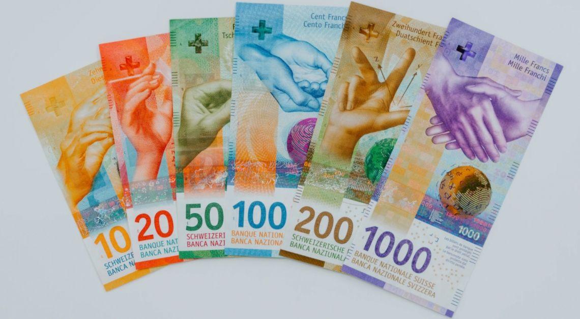 Frank po 4,27 PLN. Funt przy 5,06 zł. Kurs euro nad 4,57 złotego. Dolar blisko 3,78 PLN