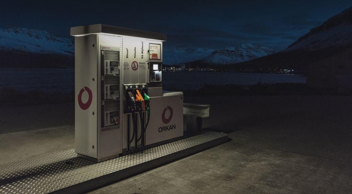 Gdzie tanio tankować w ferie zimowe? Cena paliwa w Austrii niższa niż w Polsce