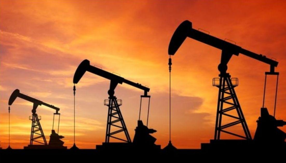"""Historyczna zmienność i nowe turbulencje. Ucz się inwestować z """"Przewodnikiem po rynku ropy"""""""