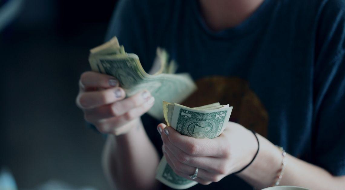 Ile jest wart dolar, euro, funt i frank w ten weekend ? Kosmiczne wahania kursów walut mogą narazić Cię na stratę!