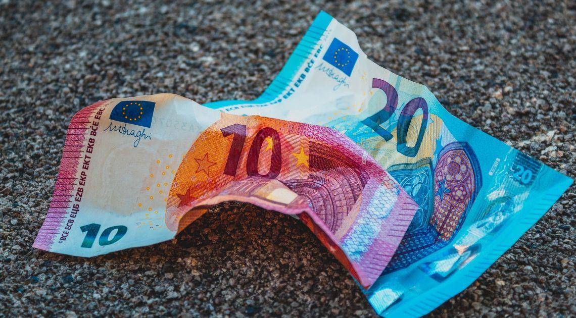 Koszyk indeksu euro, w skład którego wchodzi kurs euro do dolara, jena, franka i funta w trendzie spadkowym. Wykres tygodnia