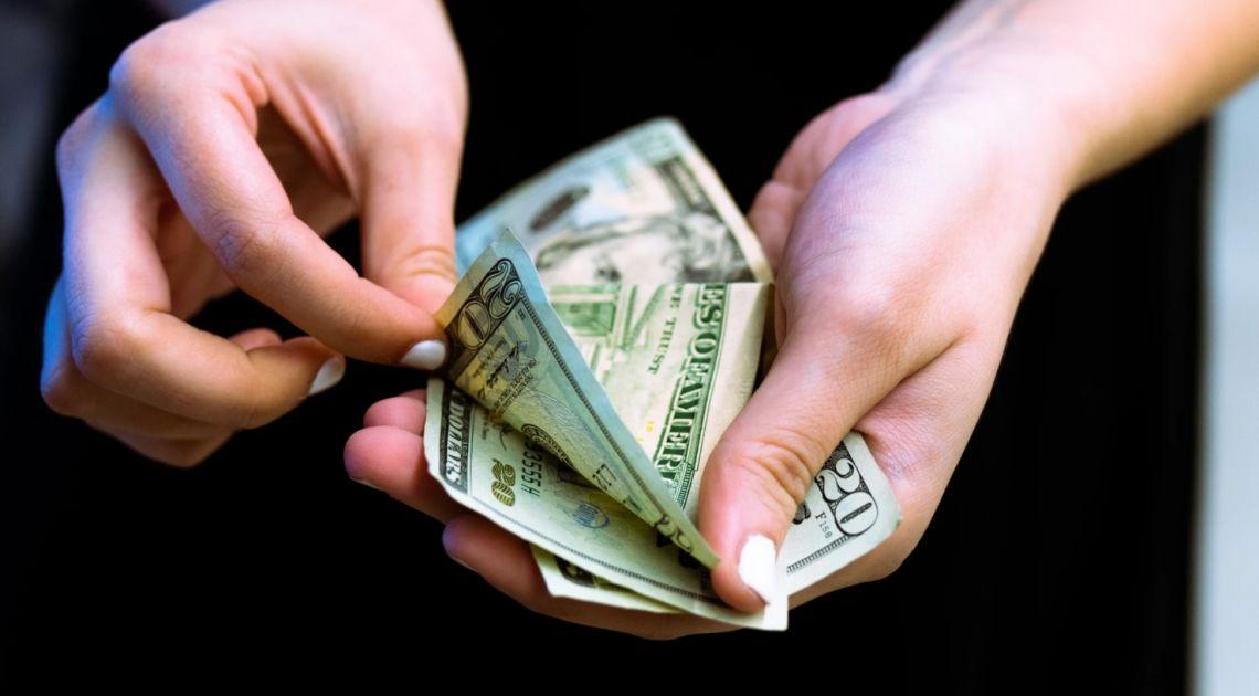 Kurs dolara blisko 3,66 złotego. Euro pod 4,38 PLN. Komentarz walutowy – złoty ruszył z miejsca