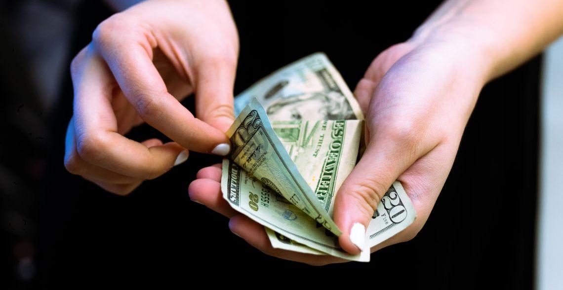 Kurs dolara nad 3,93 złotego. Euro powyżej 4,48 PLN. Funt ponad 4,93 zł. Komentarz walutowy - mieszany wydźwięk danych z Chin