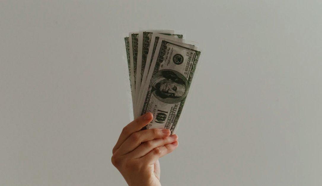 Kurs dolara pod 3,80 zł. Euro poniżej 4,31 PLN. Polski złoty stabilny, inwestorzy szacują możliwe działania instytucji centralnych