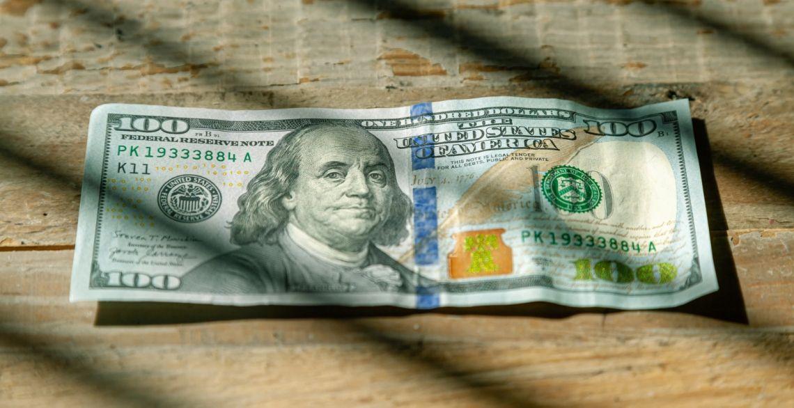 Kurs dolara przy 3,75 zł. Euro powyżej 4,40 PLN. Frank blisko 4,10 złotego. Gwałtowny spadek zapasów ropy