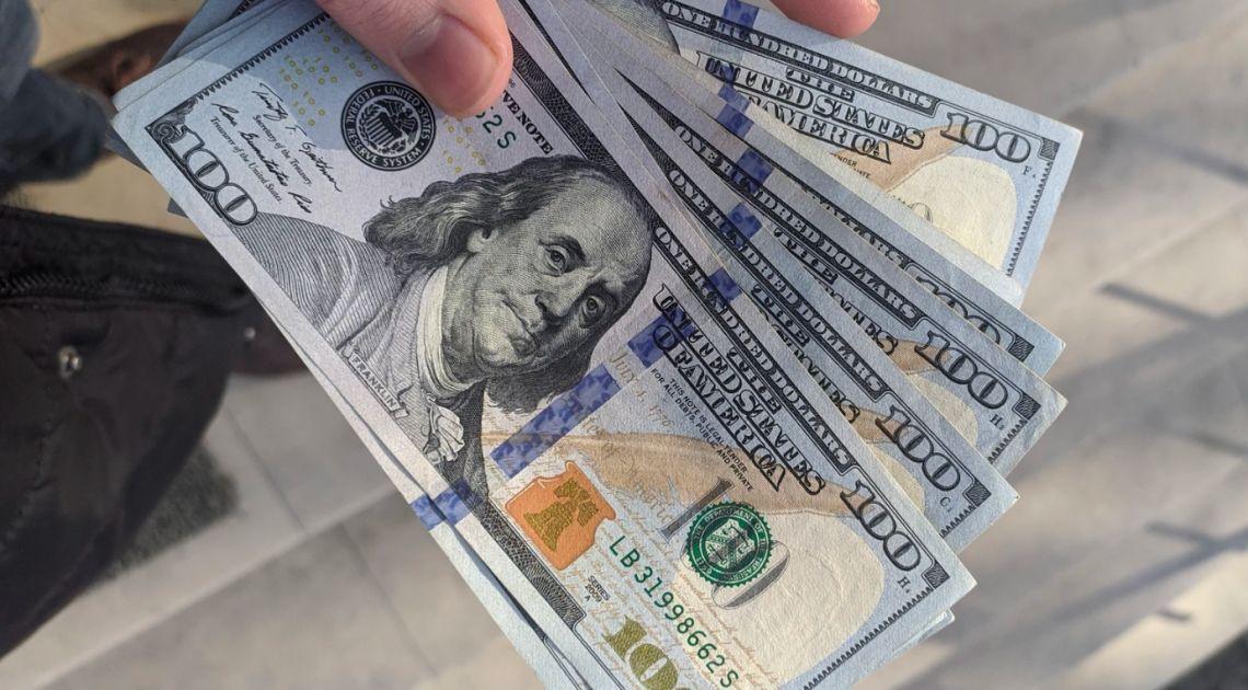 Kurs dolara przy 4,21 złotego. Euro powyżej 4,55 zł. Frank nad 4,31 PLN. Dynamiczne wzrosty indeksów giełdowych