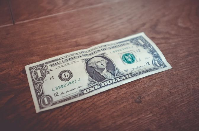 Kurs dolara USD powyżej 3,88 złotego. Frank nad 3,90 PLN. Zamieszanie na linii USA-Chiny, polska waluta słabsza wobec euro