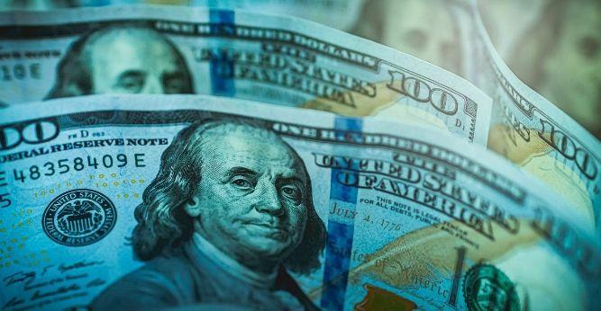 Kurs dolara USD słabnie względem głównych walut. Przewaga Torysów w sondażach korzystna dla funta
