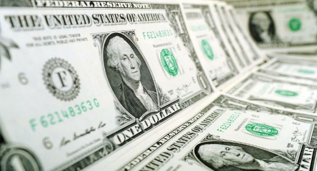 Kurs dolara USDPLN pozostaje w konsolidacji. Słabsze dane z Niemiec ciążą na euro. Indeks Ifo poniżej oczekiwań