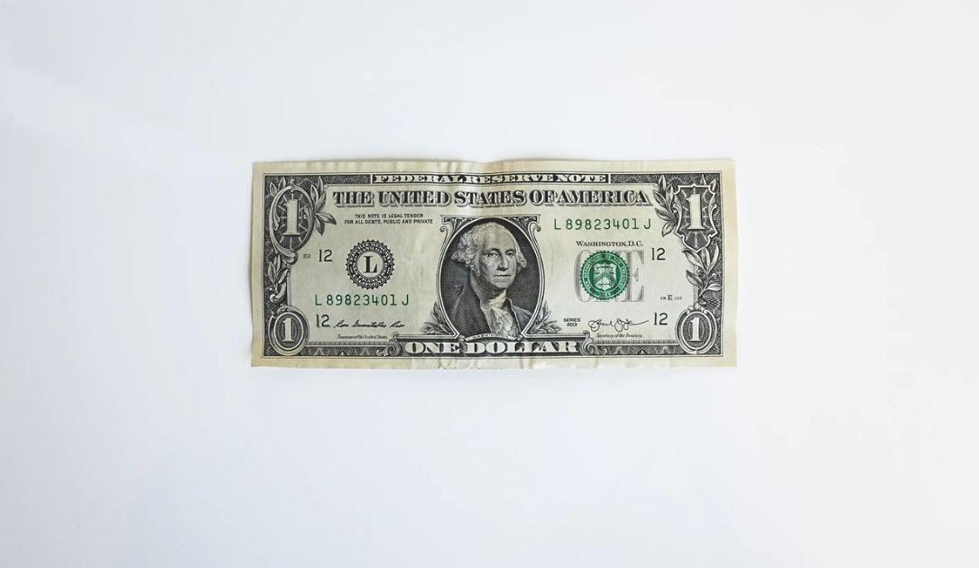Kurs dolara USD/PLN traci o poranku. Euro blisko 4,55 złotego. Funt po 5,08 zł. Frank przy 4,29 zł