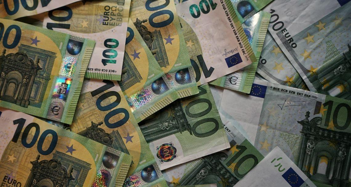 Kurs euro blisko 4,42 złotego. Dolar USD po 3,76 PLN. Frank przy 4,10 zł. Kursy walut na rynku Forex. Dziś decyzja FEDu