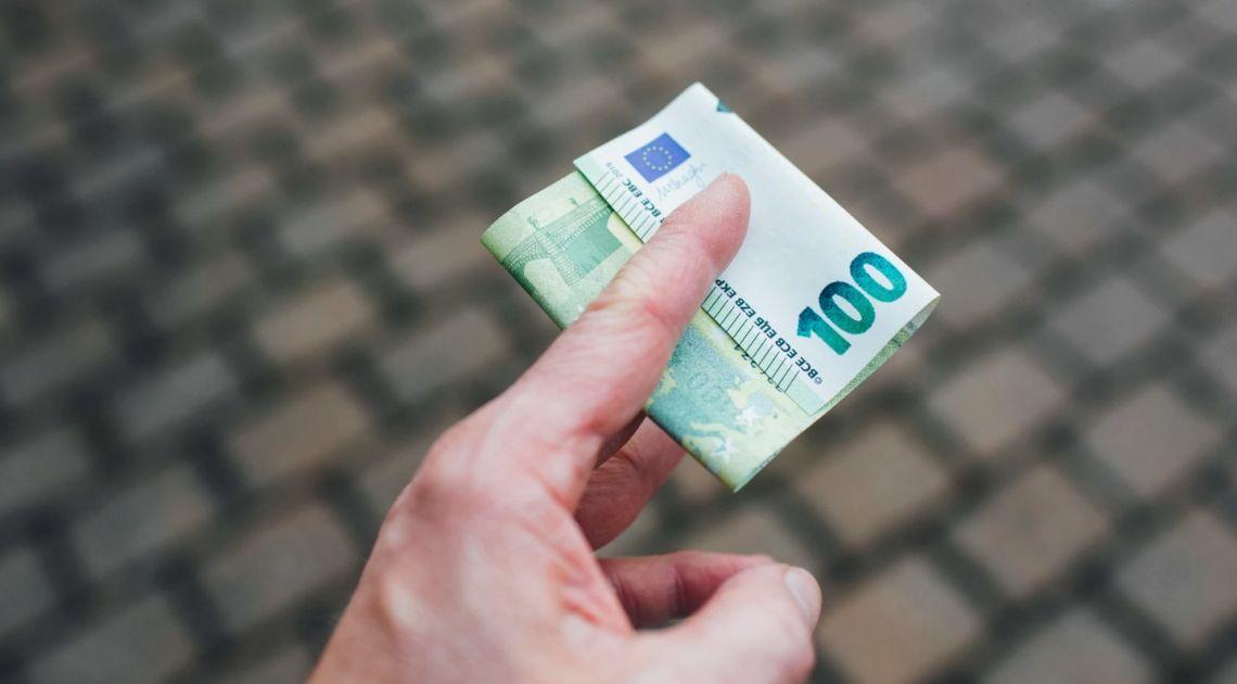 Kurs euro blisko 4,45 zł. Dolar poniżej 3,90 PLN. Polski złoty mocniejszy, jest porozumienie na szczycie UE