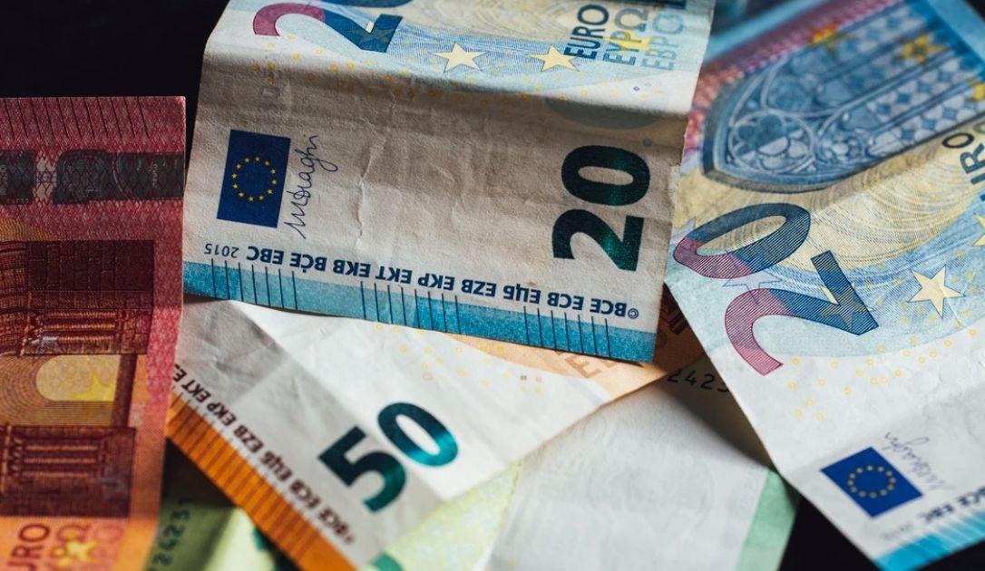 Kurs euro blisko 4,47 PLN. Dolar przy 3,95 zł. Komentarz walutowy – złoty pozostaje słaby